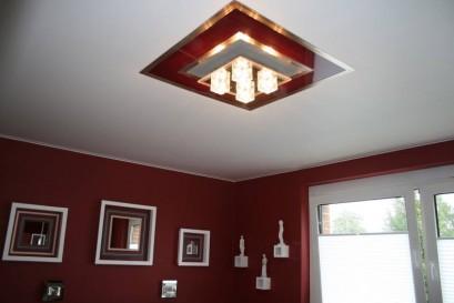 Rote Element in Spanndecke